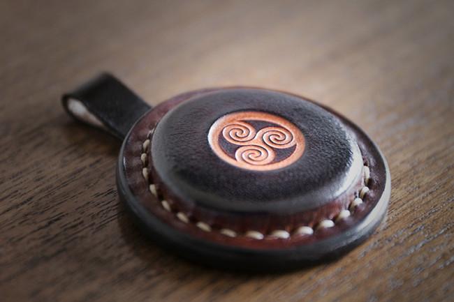Colgante de cuero con motivo celta grabado