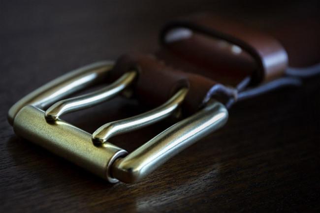 Cinturón de cuero con hebilla de latón